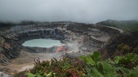 Aktiver hauptsächlichkrater des Vulkans von Poas stock footage