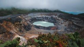 Aktiver hauptsächlichkrater des Vulkans von Poas stock video