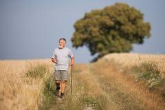 Aktiver hübscher älterer Mann Nordic, der draußen geht Stockfoto