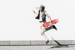 Aktiver Jugendlicher verbringt Zeit auf Straße dynamisch stockfotografie