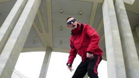 Aktiver junger Mann, der rote die emotional klopfende Jacke und Sonnenbrille trägt stock video footage