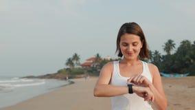 Aktiver Lebensstilfrauentourist, der Technologie smartwatch intelligente Uhr schaut Nahaufnahmemakroabschluß herauf Armstrand-Tou stock footage