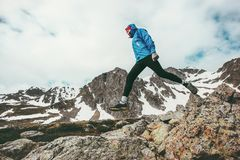 Aktiver Mann, der in gesunden Lebensstil des Bergreise-Abenteuers läuft Lizenzfreie Stockbilder
