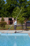 Aktiver Pool-Service-Techniker Lizenzfreies Stockfoto