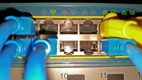 Aktiver Schalter des Blinkennetz-Ethernets mit verbundenen Kabeln im Serverraum stock video footage