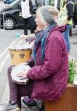 Aktiver Senior am Straßenfest stockbild