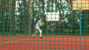 Aktiver sportlicher Mann, der Tennis auf Gericht im Freien spielt stock footage