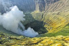 Aktiver Vulkan Krater Bromo in Indonesien lizenzfreies stockfoto