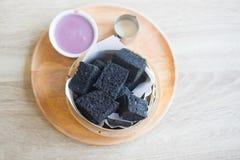 Aktiverat kol ångat bröd och pandan vaniljsås royaltyfria bilder