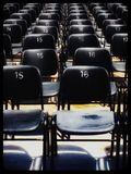 Aktivering av numrerade stolar i utomhus- teater Arkivfoton