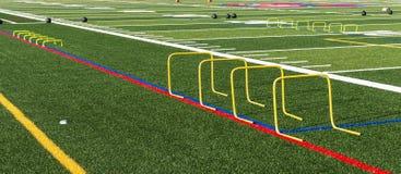 Aktivering för fotbollfält med kortkorthäckar och medicinbollar arkivfoton