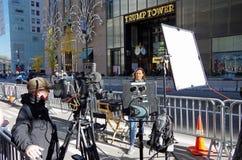Aktivering för nyheternabesättning för levande TV-sändning across från trumftorn Royaltyfri Foto