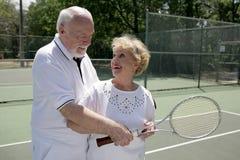 Aktives Älter-Spiel-Tennis lizenzfreies stockfoto