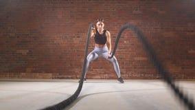 Aktives geeignetes weibliches athlet tut Kampfseil Langsame Bewegung stock video footage