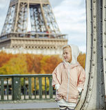 Aktives Kind auf Brücke Pont de Bir-Hakeim in Paris, das beiseite schaut Lizenzfreies Stockfoto