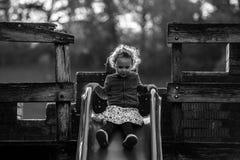 Aktives Kind, das auf Freienspielplatz in der Natur spielt Stockfotos