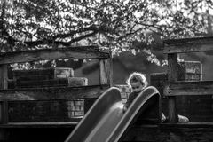 Aktives Kind, das auf Freienspielplatz in der Natur spielt Lizenzfreie Stockbilder