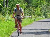 Aktives Senior-Radfahren Lizenzfreie Stockfotos