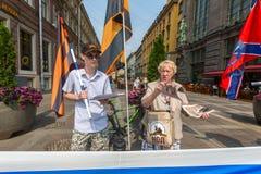 Aktivister av pro--Putin denvästra organisationen NLM SPb (rörelse för nationell befrielse), på Nevskyen Prospekt Royaltyfri Fotografi