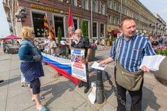 Aktivister av pro--Putin denvästra organisationen NLM SPb (rörelse för nationell befrielse), på Nevskyen Prospekt Arkivbilder
