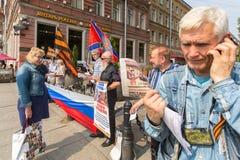 Aktivister av pro--Putin denvästra organisationen NLM SPb (rörelse för nationell befrielse), på Nevskyen Prospekt Arkivfoton