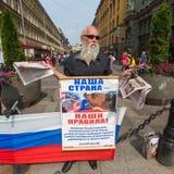 Aktivister av pro--Putin denvästra organisationen NLM SPb (rörelse för nationell befrielse), på Nevskyen Prospekt Arkivbild