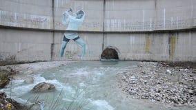 Aktivister har gjort en väggmålning på fördämningen Frihet till floderna Protest mot vattenkraftväxten Väggmålning av kvinnan 'so arkivfilmer