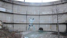 Aktivister har gjort en väggmålning på fördämningen Frihet till floderna Protest mot vattenkraftväxten Väggmålning av kvinnan 'so stock video