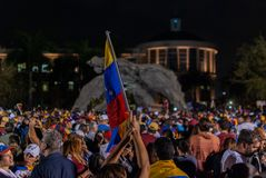 Aktivister samlar i beröm under en protest i service av Juan Guaido, som förklarade sig den mellantid presidenten för country's arkivbild