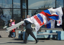 aktivistflaggor har megafondeltagaren royaltyfri foto