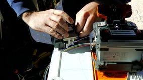 Aktivitet för optisk kabel för fiber: hjälpmedel för mekanisk splits stock video