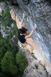 Aktivitet för utomhus- sport Vagga klättraren som stiger en utmanande cli Fotografering för Bildbyråer