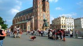 Aktivitet på den huvudsakliga marknadsfyrkanten i Krakow, Polen lager videofilmer