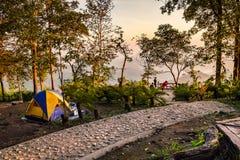 Aktivitet som campar på berget som är sceniskt i nationalpark Arkivbild