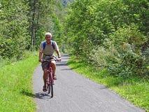 Aktivt cykla för pensionär Royaltyfria Foton