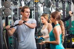 Aktivt folk som har tyngdlyftningutbildning i klubba arkivbild