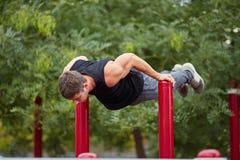Aktivt liv- och sportbegrepp Utarbeta mannen idrotts- huvuddel Royaltyfria Bilder
