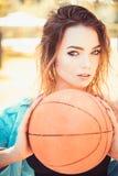 Aktivt och driftigt Sportkvinna Nätt kvinna med basket Den sexiga kvinnan tycker om bollövningar för sportutbildning arkivbild