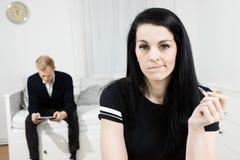 Aktivt tänka för kvinna och elegant man som väntar i baksidan royaltyfria bilder
