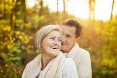 Aktivt ta för pensionärer går i natur royaltyfri fotografi