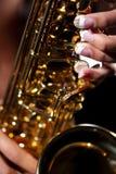 Aktmodell Playing ein Saxophon in einer Studio-Umwelt Lizenzfreies Stockfoto