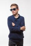 Aktor brunetki nastolatka modnisia chłopiec w okularach przeciwsłonecznych zdjęcia stock