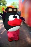 Aktora animatora miasta park w kostiumowym lali kreskówki bohaterze śmieszny Smeshariki zabawia dzieci i dorosłych w świętowaniu  Zdjęcie Stock