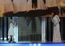 Aktorka Alena Bikkulova i finalista ` głosu †'dzieciaków ` Yaroslava Degtyareva obrazy stock