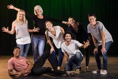 Aktorzy ćwiczy sztukę na scenie Zdjęcie Stock