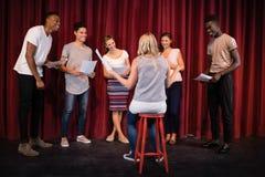 Aktorzy czyta ich pisma na scenie zdjęcia royalty free