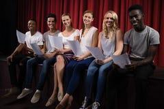 Aktorzy czyta ich pisma na scenie obraz stock