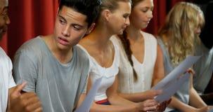 Aktorzy dyskutuje ich pisma na scenie 4k zbiory