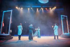 Aktorzy na scenie podczas występu lub próbie w teatrze Scena theatre lub opera z oświetleniowym wyposażeniem, zdjęcie stock