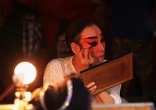 Aktrins förbereder sig för kinesisk opera Den kinesiska operan är en forntida drama i musikalisk väg på Oktober Royaltyfria Bilder